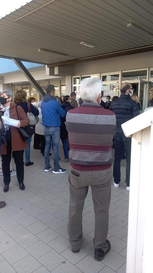 """images Vaccini. Continuano gli """"assembramenti"""" davanti all'ospedale di Lamezia: oggi anche docenti da tutta la Calabria"""