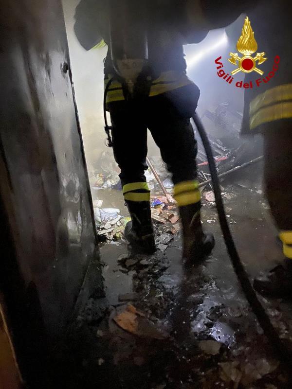 images Catanzaro. In fiamme un edificio ad uso scolastico nel quartiere Aranceto