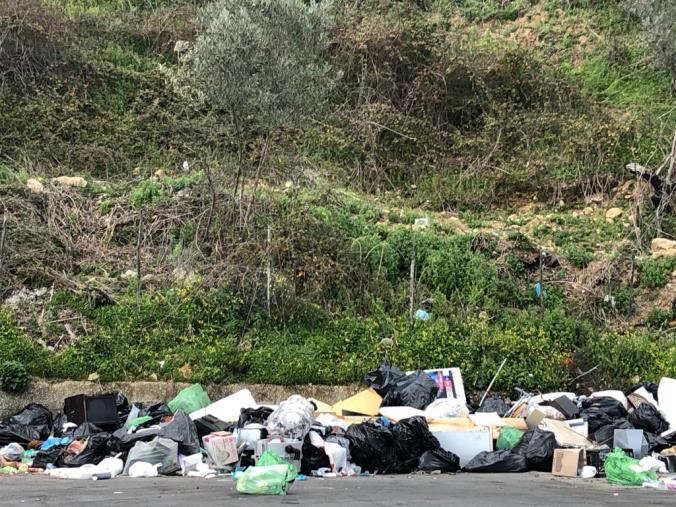"""images Catanzaro. Montagna di rifiuti anche in via Gimigliano, i cittadini incalzano sulle fototrappole contro i """"furbetti"""" della spazzatura"""