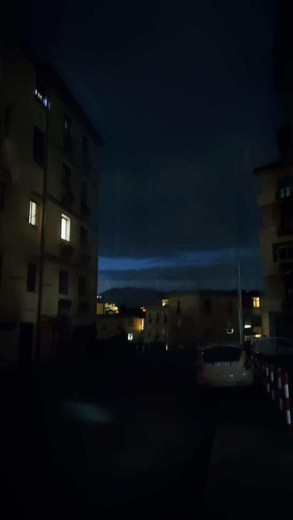 images Catanzaro. Via Giovanni XXIII immersa nel buio: lampioni fuori uso a causa del maltempo