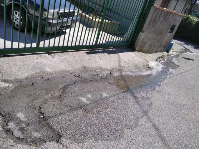 """images Catanzaro. Via Janò continua ad essere allagata: """"riappare"""" la perdita idrica riparata qualche giorno fa"""