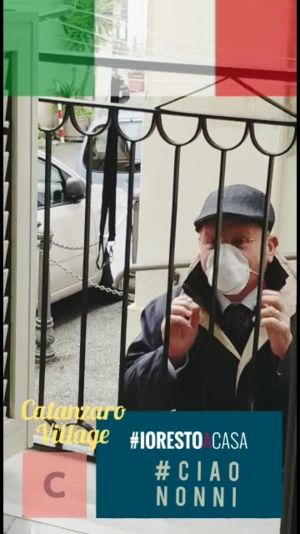 images Coronavirus. A Catanzaro un video riprende l'affetto tra nonno e nipote ai tempi del covid-19  (VIDEO)