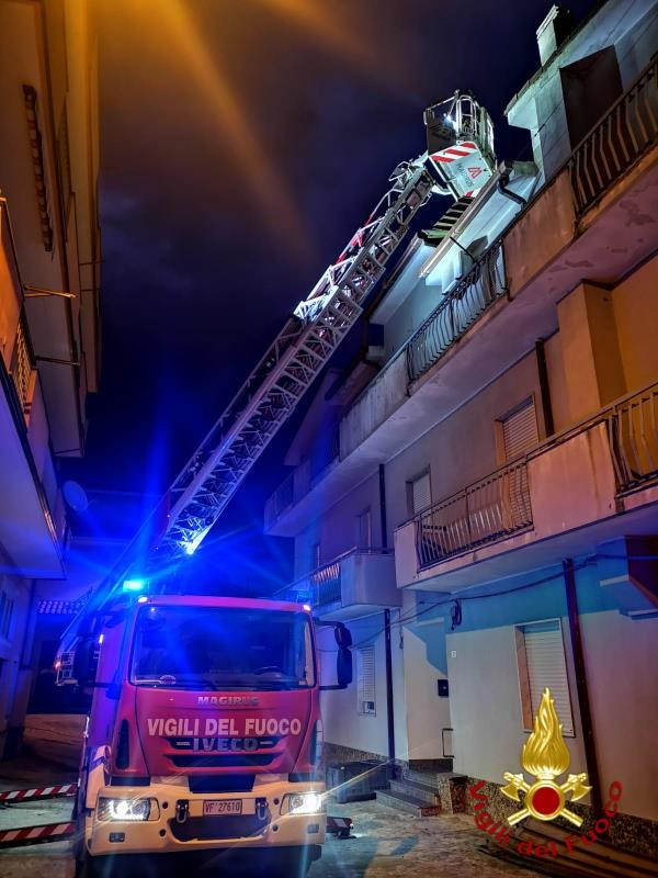 """images Il vento spaventa Crotone: interventi dei Vigili del Fuoco a Le Castella e allo stadio """"Scida"""""""