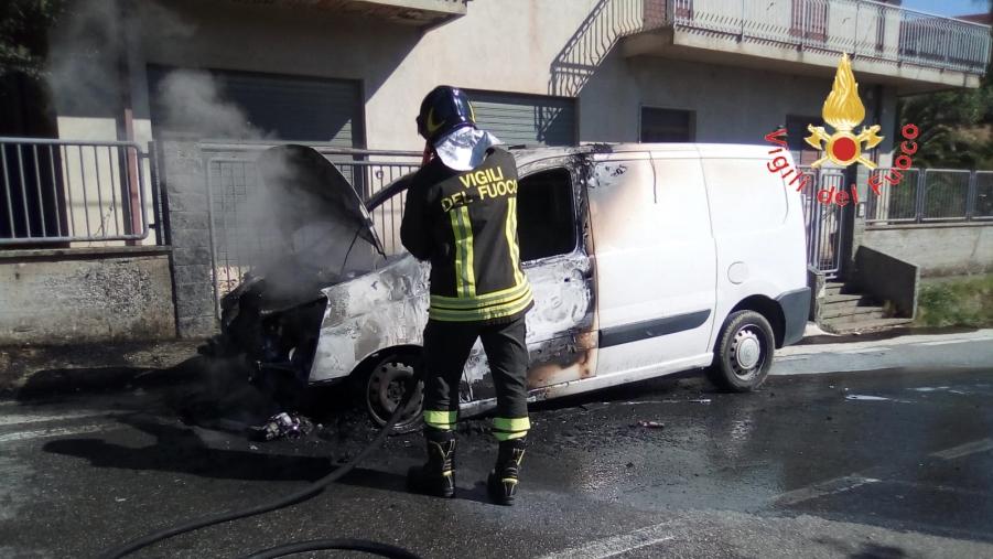 images Palermiti, in fiamme un furgone che trasportava lana