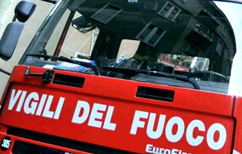 images Incendio distrugge intero edificio a Lamezia. Cause accidentali