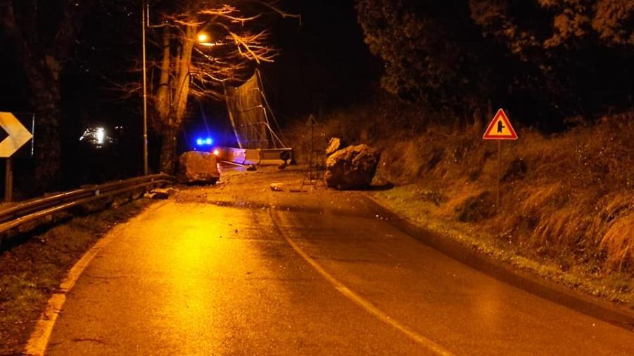 """images Tiriolo, smottamenti lungo la statale 19. Il sindaco Greco: """"Domani verifica con i rocciatori"""""""