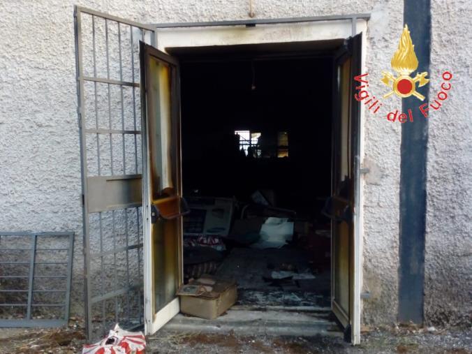 images Incendio in un mercatino dell'usato in contrada Richetti, fiamme domate dai vigili del fuoco